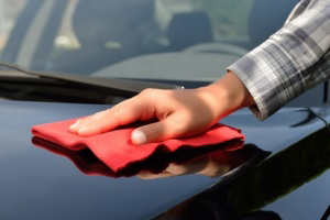 PMS – Park and Fly - Autoservice - den Lack eines schwarzen Autos polieren